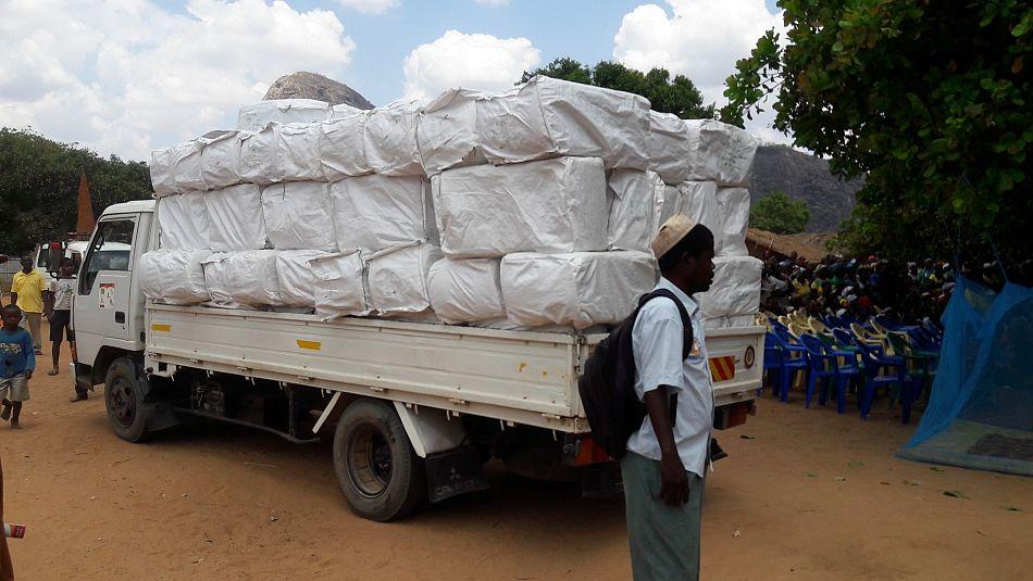 pOs caminhotildees carregados com redes satildeo enviados para os pontos de distribuiccedilatildeop
