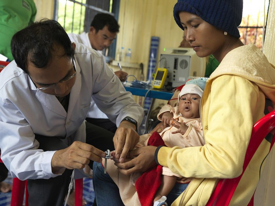 pKeo Chetna Expert Counter placed a probe on a babyrsquos toe to measure his blood oxygen saturation level in order to detect pneumoniabr br Copyright Malaria ConsortiumPeter Catonp