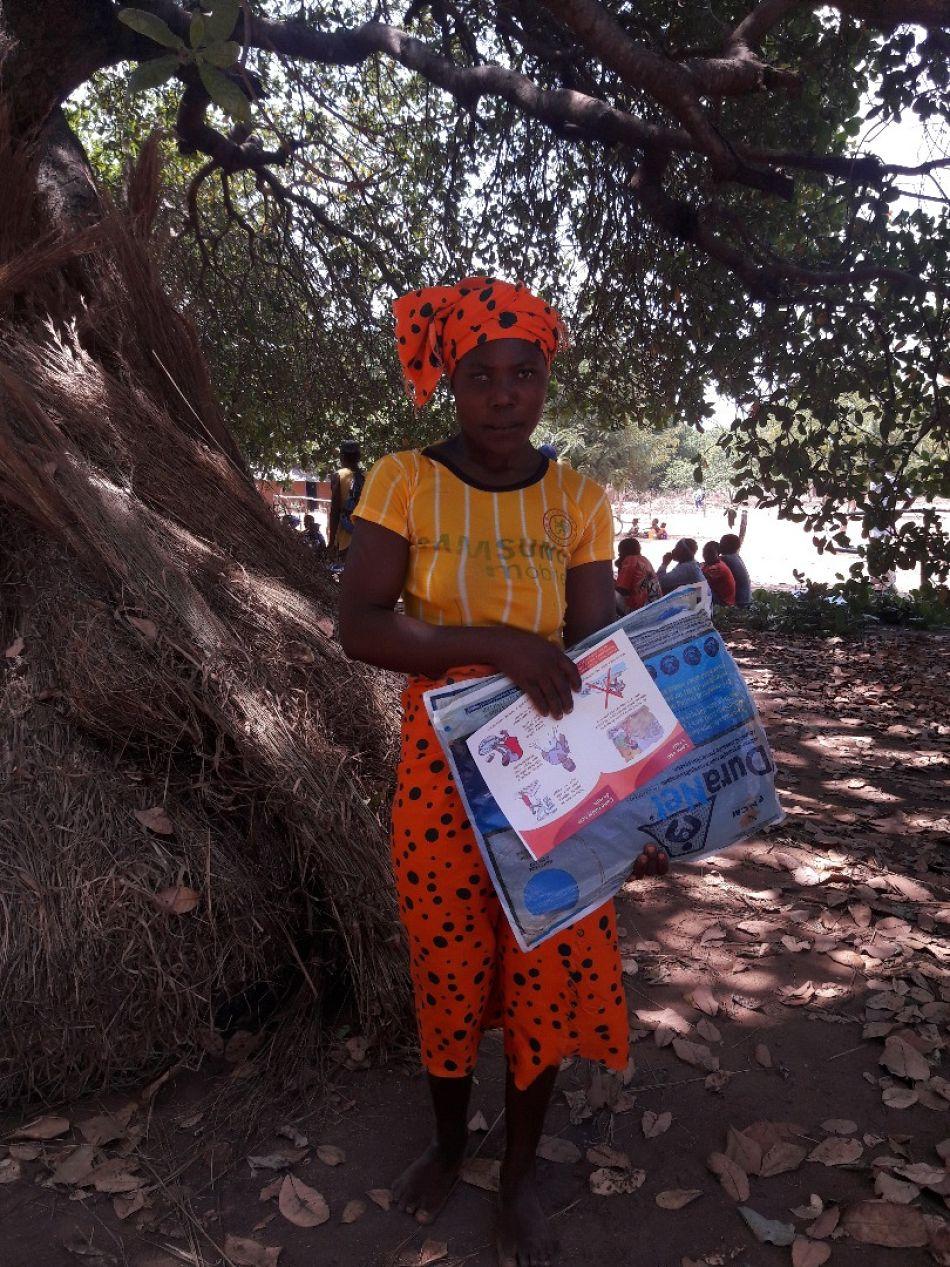 pUma mulher no distrito de Erati recebeu uma rede junto com um folheto com mensagens chave sobre uso e cuidado com a redep
