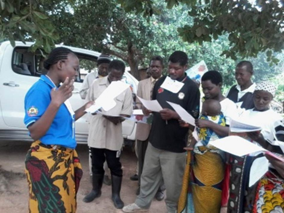 pField officer guiding the malaria knowledge pretest during a training of Mutivaze communal structure members District of Rapale Mozambiquep