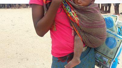 Uma mãe e a sua criança, satisfeita com a rede recebida, na cidade de Nampula
