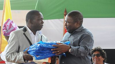 President Filipe Jacinto Nyusi handing out nets at the official launch ceremony