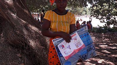 Uma mulher no distrito de Erati recebeu uma rede junto com um folheto com mensagens chave sobre uso e cuidado com a rede